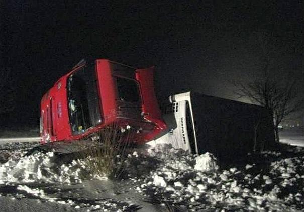 Tir przygniótł samochód osobowy. Znowu wypadek na ósemce. (zdjęcia)