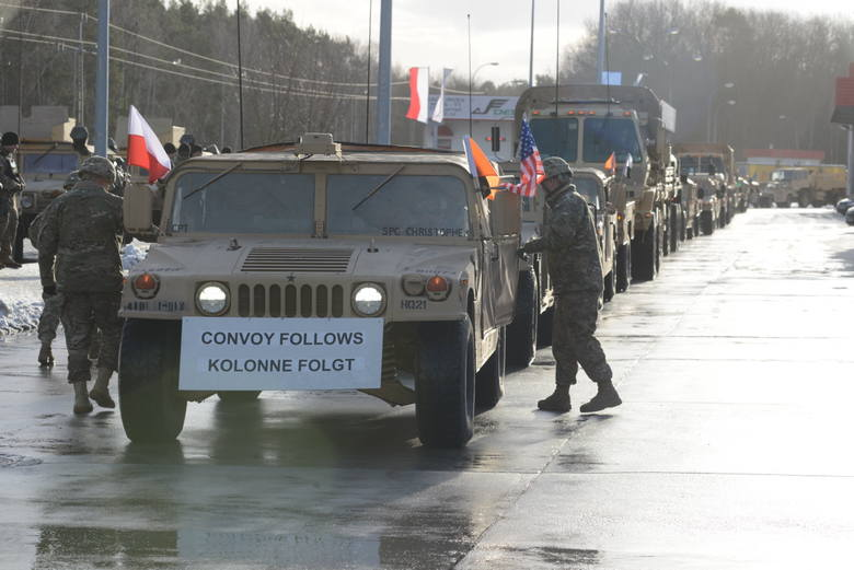 Konwój amerykańskich żołnierzy wjeżdża do Polski.