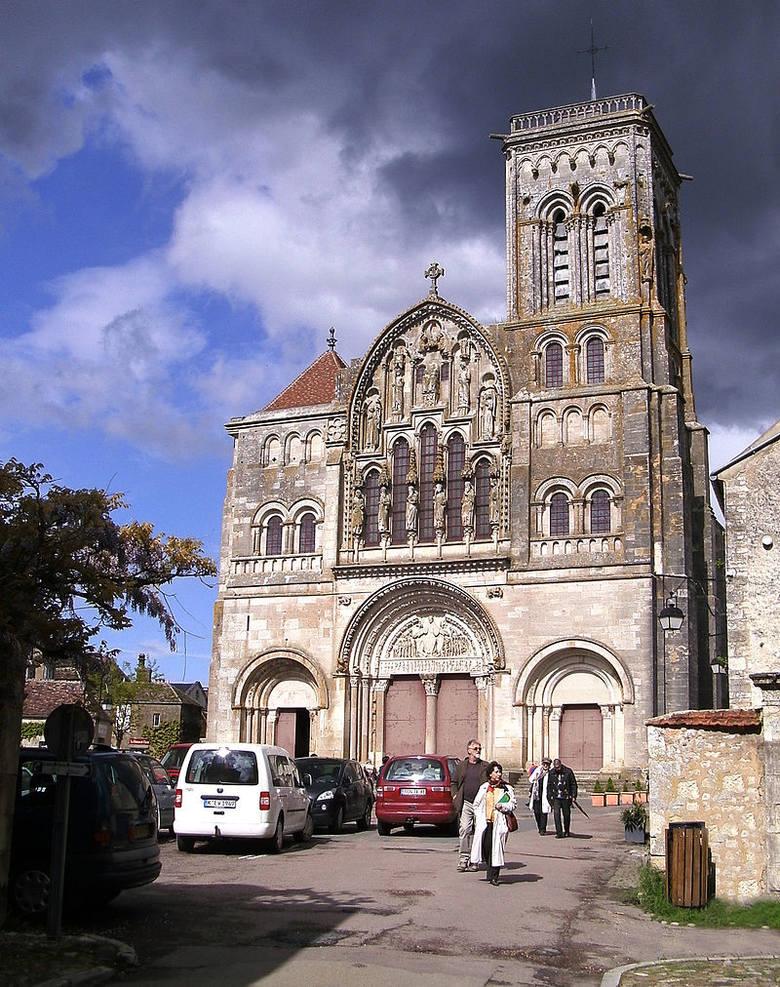 Bazylika Świętej Marii Magdaleny w Vézelay. Ten średniowieczny kościół, jako pierwszy w swojej karierze, odtworzył Viollet-Le-Duc w 1840 roku<br />