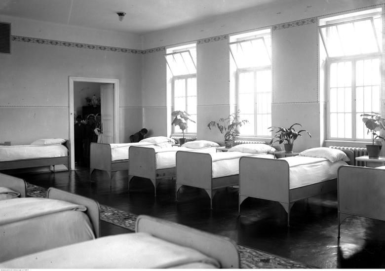 Wnętrze sypialni oddziału kobiecego.