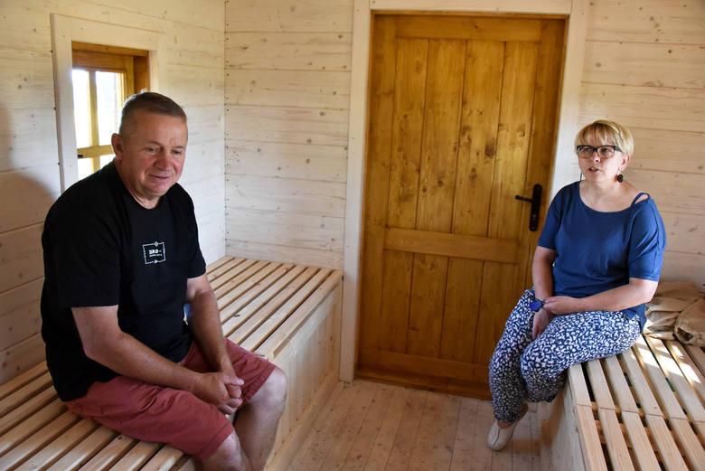 Anna Sienkiewicz z zawodu jest budowlańcem i przez lata pracowała w biurze projektowym. Jej mąż Marek jest z kolei stolarzem. W gospodarstwie po jego rodzicach najpierw zaczęli uprawiać warzywa. Z czasem działalność się rozszerzała - o kwaterę agroturystyczną, warsztaty rękodzieła i kiszenia...
