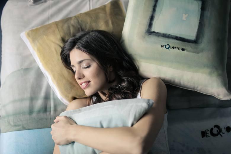 Upał w nocy? Poznaj sprawdzone sposoby na upalne noce. Co zrobić by spokojnie zasnąć? Kliknij w zdjęcie i zobacz.