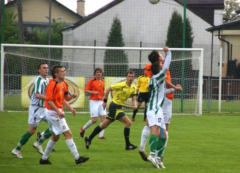 Izolator Boguchwala - Stal MielecPilkarze Izolatora (bialo-zielone stroje) pokonali mielecką Stal 3-1.