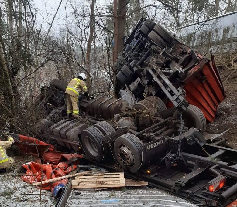 Ciężarówka wpadła do rowu we wsi Wołogoszcz. Na zdjęciach widać, że samochód po uderzeniu w drzewo rozpadł się na części. Szok, że nikomu nic się nie