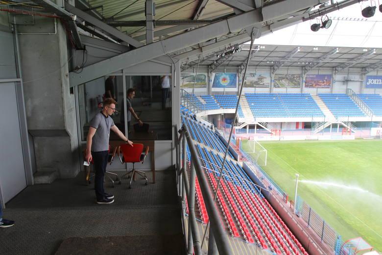 Miejsce, gdzie pracuje stadionowy spiker (pokazuje Maciej Smolewski).