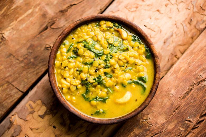 Mieszanka curry zawdzięcza swój kolor kurkumie i w niektórych daniach jest nieco łatwiejsza w stosowaniu. Jednak to żółte kłącze spokrewnione z imbirem