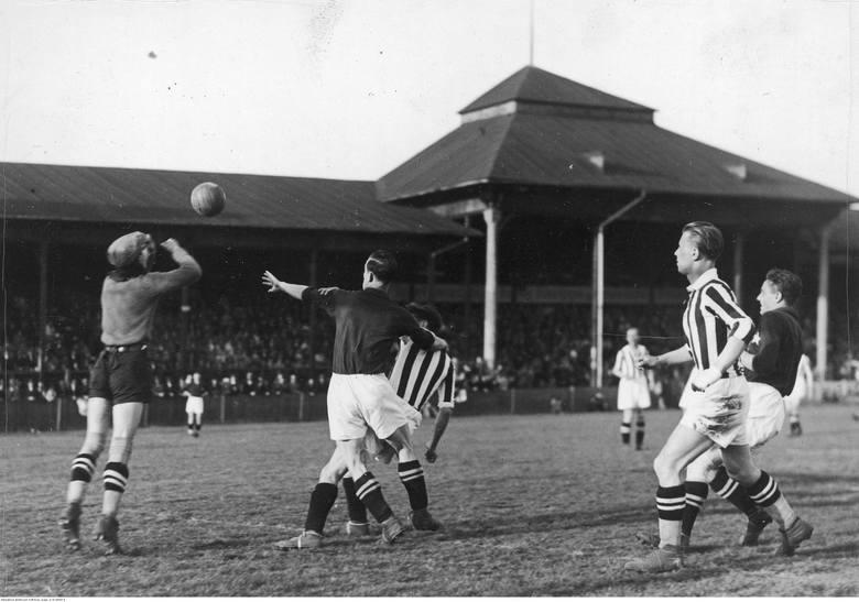Fragment przedwojennego meczu Wisła - Cracovia. 3 września 1939 roku obie drużyny miały zagrać o ligowe punkty. Wybuch II wojny światowej przekreślił