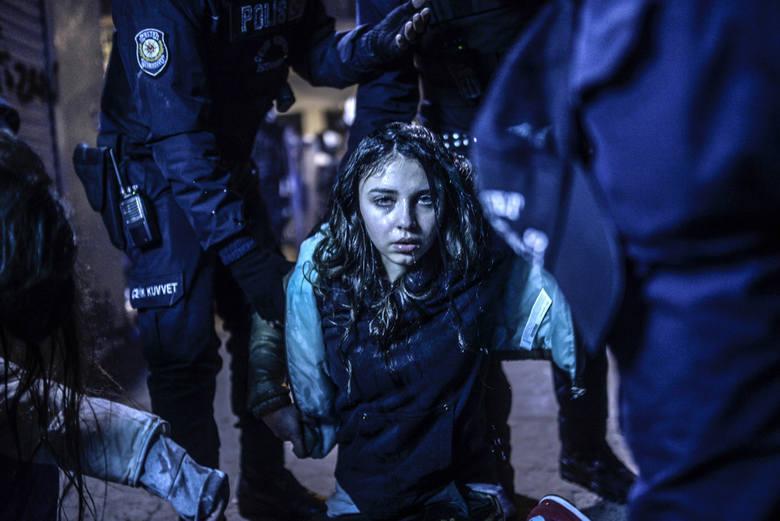 """WORLD PRESS PHOTO 2015. Pierwsze zdjęcie w kategorii """"News"""" - zdjęcie pojedyncze. Dziewczyna ranna podczas starć demonstrantów z policją po pogrzebie Berkina Elvana - 15 latka, który zmarł od ran odniesionych podczas antyrządowego protestu w Istambule."""