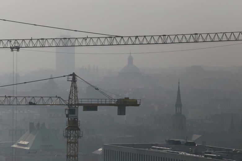 Smog w KatowicachSmog w Żywcu, Tychach i Gliwicach. To właśnie w tych miastach w czwartek rano mamy najwięcej zanieczyszczeń w powietrzu. Przekroczenia