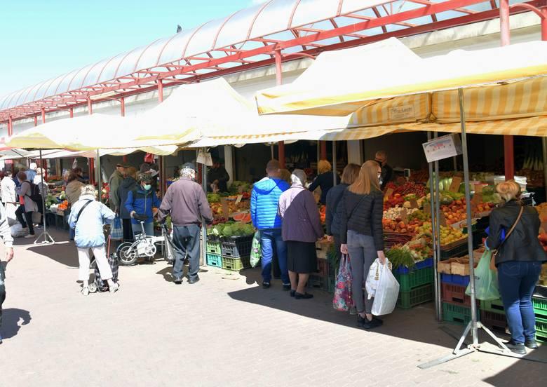 Wiele osób postanowiło w czwartek 21 maja zrobić zakupy na targowisku Korej w Radomiu. Sprzedawcy i ochrona targowiska pilnowali aby zakupy przebiegały