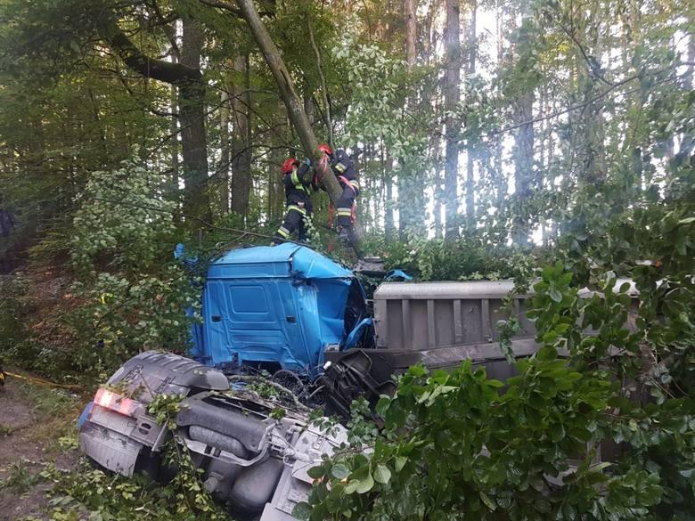 Wypadek pod Chojnicami w poniedziałek, 27.07.2020 r. Ciężarówka uderzyła w drzewo