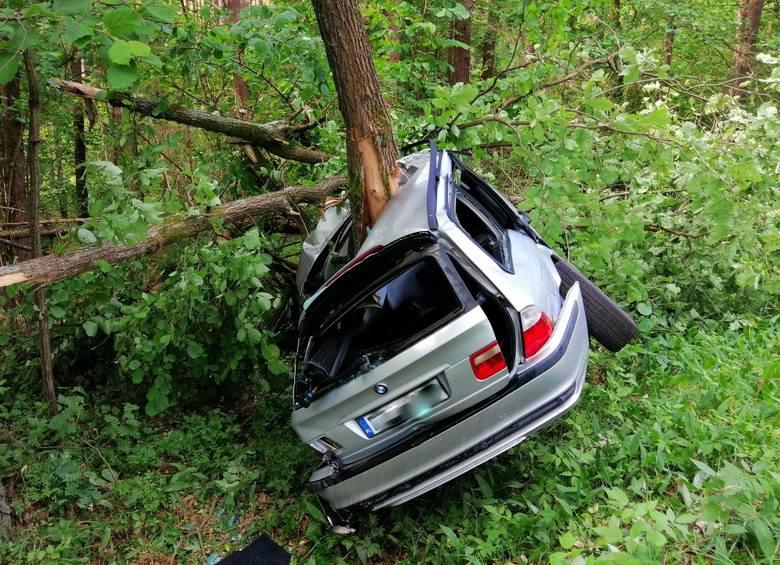 Do wypadku drogowego w miejscowości Piaski (gm. Ruciane – Nida) doszło w sobotę przed godz. 9.00. Kierujący pojazdem marki BMW uderzył w przydrożne