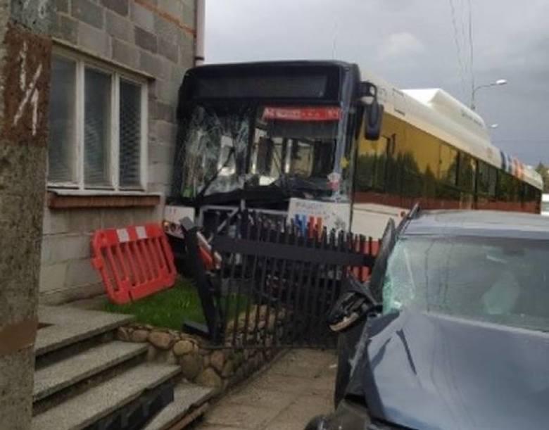 Wypadek osobówki z autobusem w Radomiu. Autobus wjechał w ogrodzenie