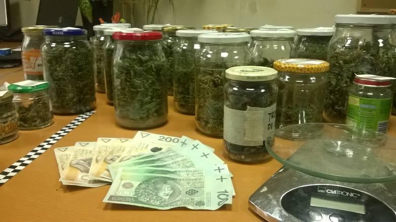Kraków. Policjanci przejęli 1,5 kilograma marihuany i setki grzybów halucynogennych