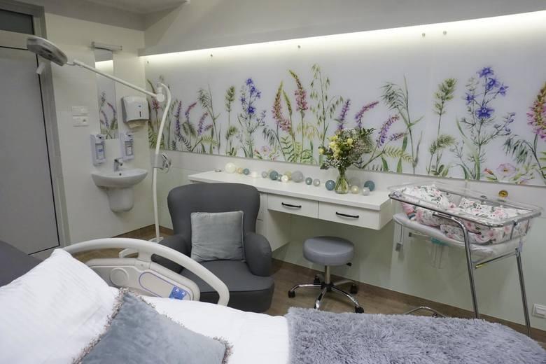 Przy prysznicach zamontowano uchwyty, aby podczas porodu można było korzystać z pozytywnego wpływu wody. Do dyspozycji rodzące mają także worki sako