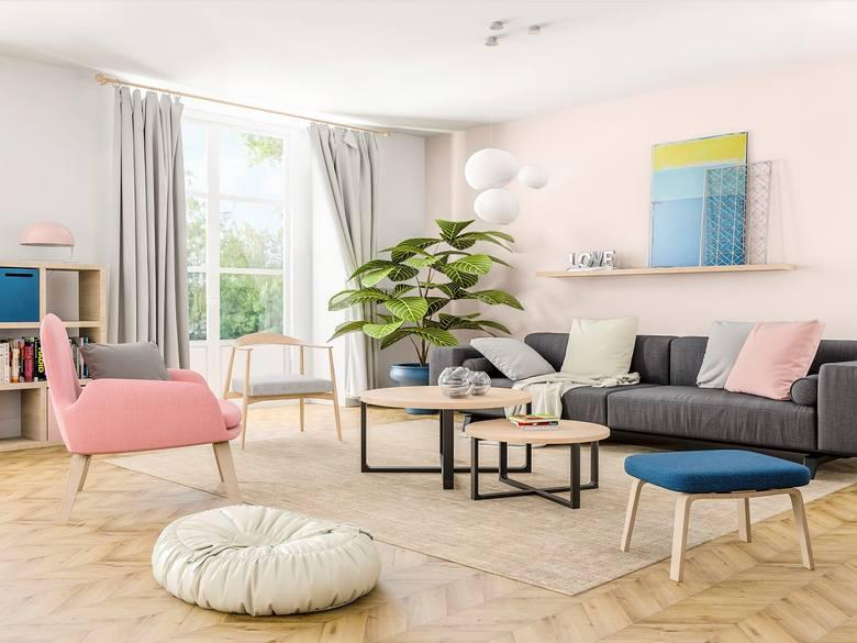 Różowe ściany oraz dodatki możemy wykorzystać przy urządzaniu salonu, sypialni czy pokoju dziecięcego. Kolor ten sprawdzi się także w łazience, a nawet…