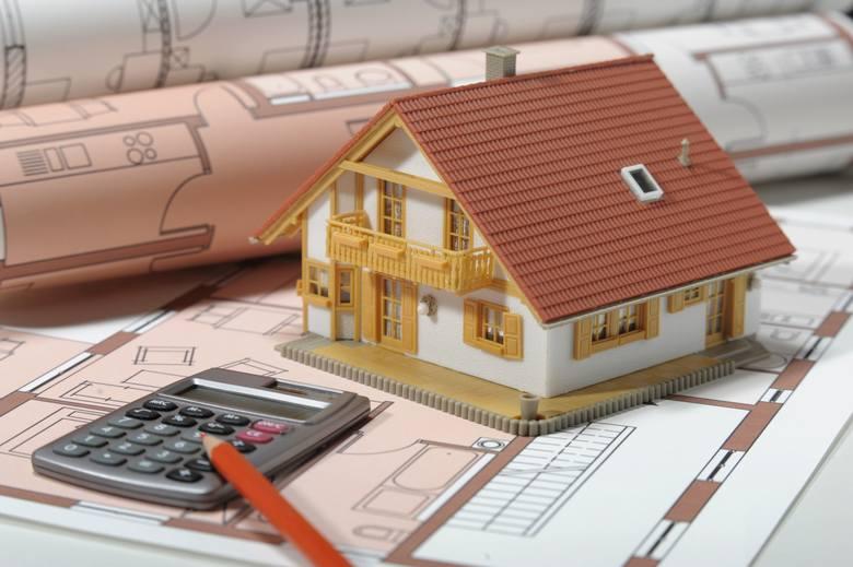 Jeśli twoja działka budowlana jest raczej typowa, bez zbytniego nachylenia czy dziwnego kształtu, warto rozważyć zakup gotowego projektu domu. Będzie