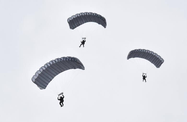 Żołnierze 6 Brygady Powietrznodesantowej z Krakowa ćwiczą skoki ze spadochronem na lotnisku w Krośnie. Zobacz wideo