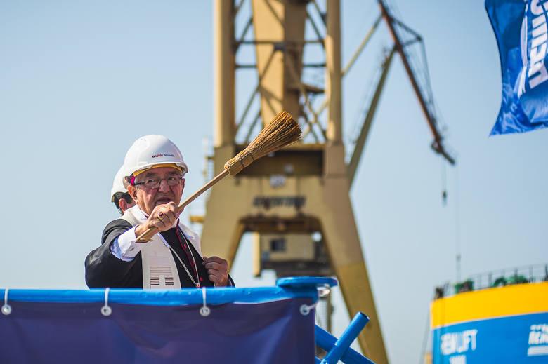 """Platforma """"Petrobaltic"""" po przebudowie gotowa do wyjścia w morze. Uroczyste poświęcenie jednostki, 27 sierpnia 2019 r."""