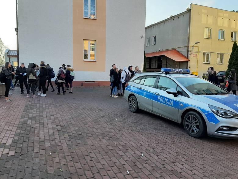 Ostrołęka. Alarm bombowy w Zespole Szkół Zawodowych nr 4 i innych ostrołęckich szkołach, 03.12.2019