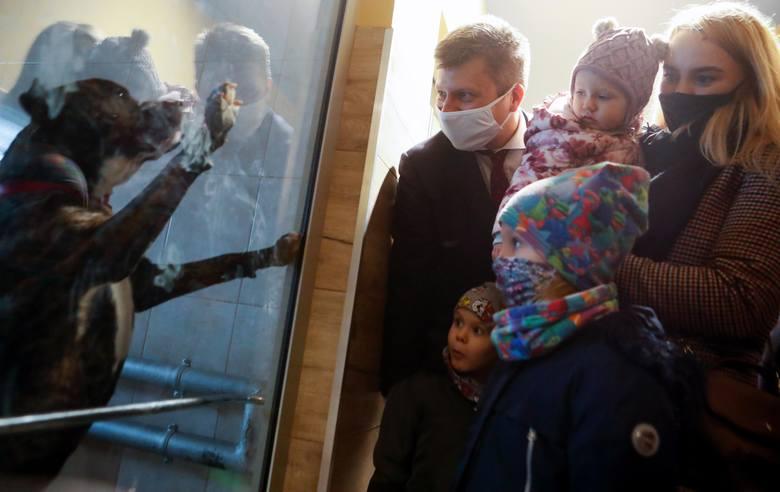 Kandydat na prezydenta Rzeszowa Marcin Warchoł odwiedził schronisko dla zwierząt Kundelek.