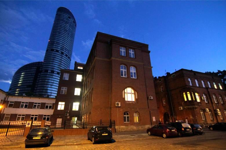 Dziś Dolnosląskie Cerntrum Onkologii mieści się w starych budynkach przy ul. Hirszfelda.