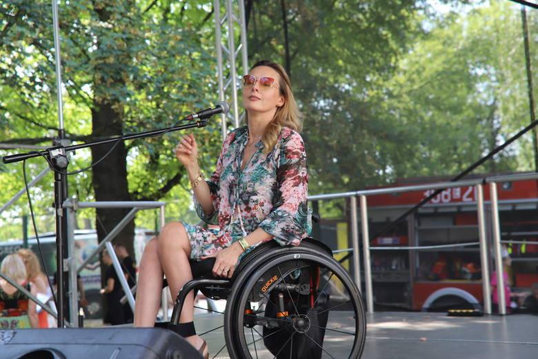 Monika Kuszyńska i Jakub Raczyński na letnim pikniku w szpitalu dziecięcym przy Spornej w Łodzi