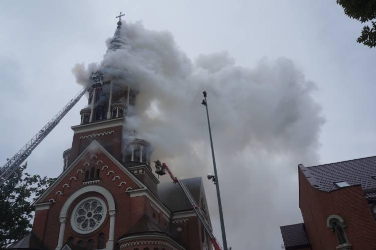 Pożar wybuchł przed godziną 10. Na miejsce wyruszyło osiem jednostek straż pożarnej.