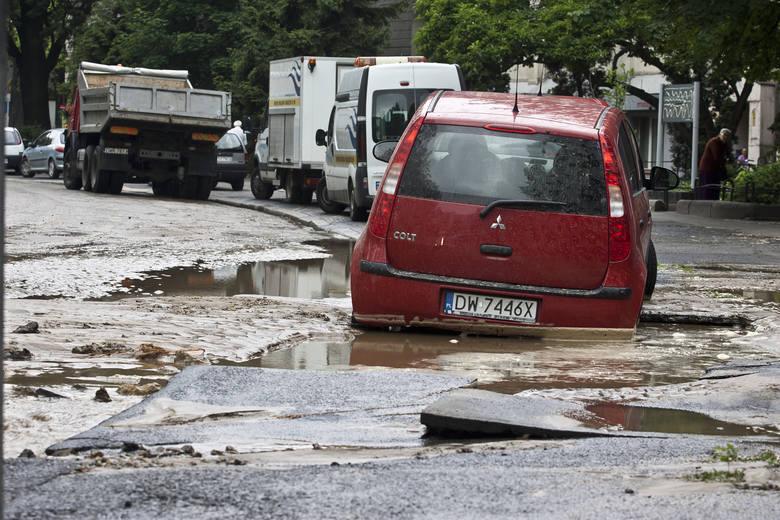 Pamiętacie wielką awarię wodociągową na placu Dominikańskim? Był 5 listopada 2013 roku, kiedy pękła rura o średnicy 1000 cm. Woda zalała tunel po placem,