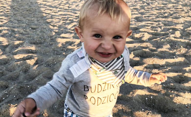 Na zdjęciach z początku sierpnia półtoraroczny Maks bawi się na plaży w Jastrzębiej Górze. 13 sierpnia odbył się jego pogrzeb.