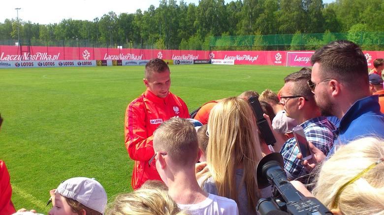 Artur Jędrzejczyk rozdaje autografy fanom