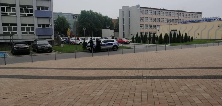 Saperzy w budynku Dwujęzycznego Liceum Uniwersyteckiego, gdzie trwają matury. Alarmy bombowe w sumie w 10 szkołach [ZDJĘCIA INTERNAUTKI]