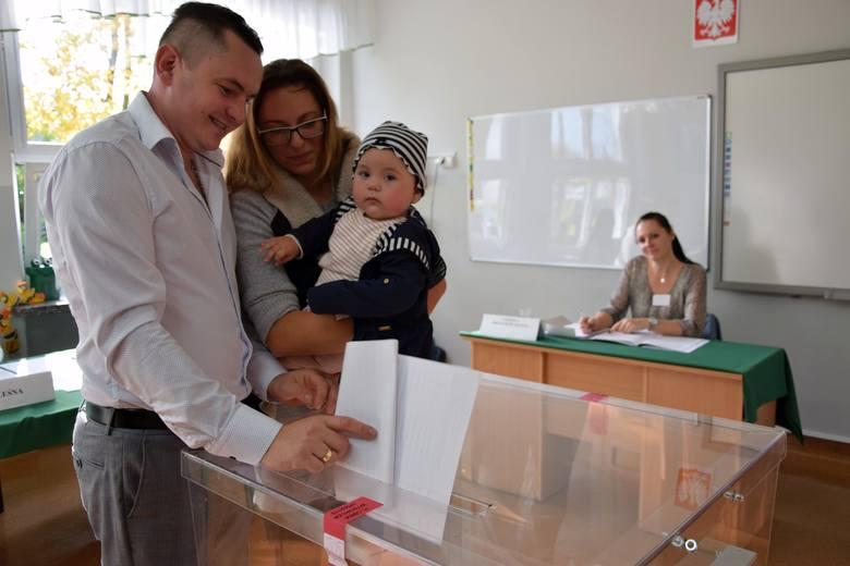Wybory parlamentarne w lokalu wyborczym w Wachowie.