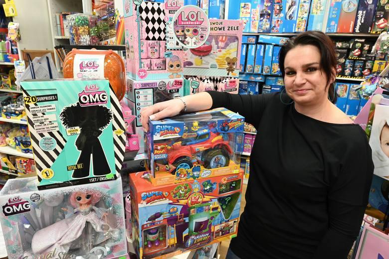 Na zdjęciu: Agnieszka Grabka - sprzedawczyni w sklepie Galeria Zabawek w Galerii Echo w Kielcach zdradza, co w tym roku jest mikołajkowym hitem.