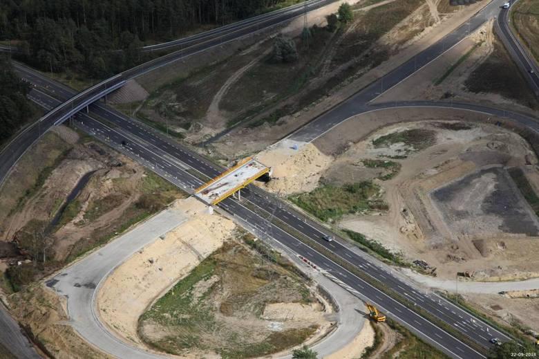 Jak przebiegają prace przy budowie drogi S6 w zachodniej części naszego województwa? Zobaczcie zdjęcia odcinka Goleniów - Kiełpino z lotu ptaka!Zobacz