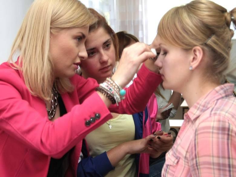 """Ostatnie szkolenie prowadziła Emilia Borek z firmy """"Pierre Rene"""" (z lewej), a uczestniczyły w nim Patrycja Dylewska i Ilona Kuszyńska."""