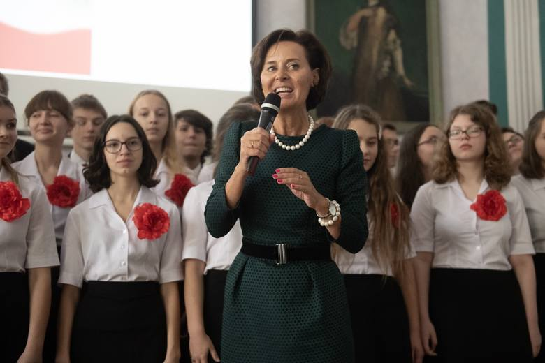 """W piątek, 8 listopada polskie szkoły wzięły udział w akcji ,,szkoła do hymnu"""". Także w poznańskich szkołach o godzinie 11.11 zabrzmiał Mazurek"""