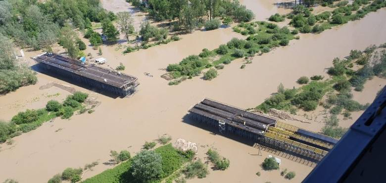Sytuacja powodziowa na Podkarpaciu sie poprawia, ale - jak informuje policja - wciąż w regionie są drogi, które z powodu podtopień są nieprzejezdne.Najtrudniejsza