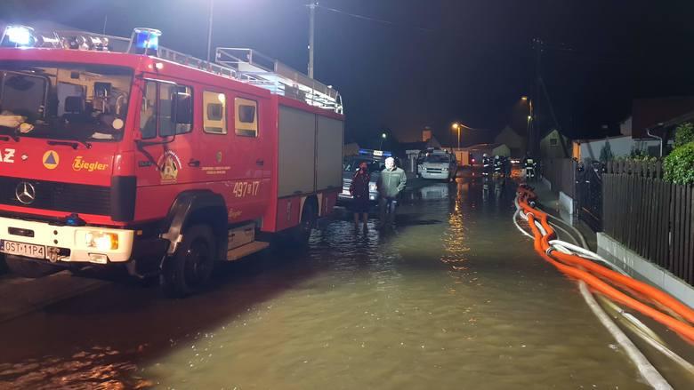 Powódź w Kadłubie - nocna akcja ratowania dobytku.