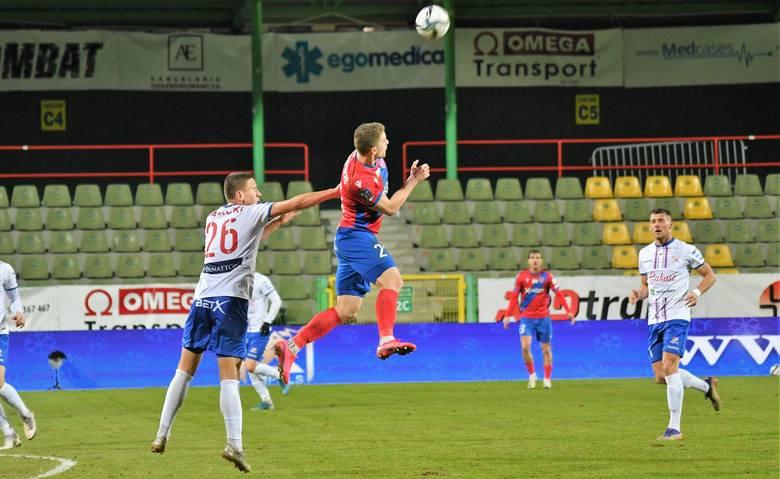 38 straconych bramek w 14 meczach. Jesienią beniaminek z Bielska dysponował zdecydowanie najgorszą defensywą i to głównie tę formację wzmocnił w przerwie.