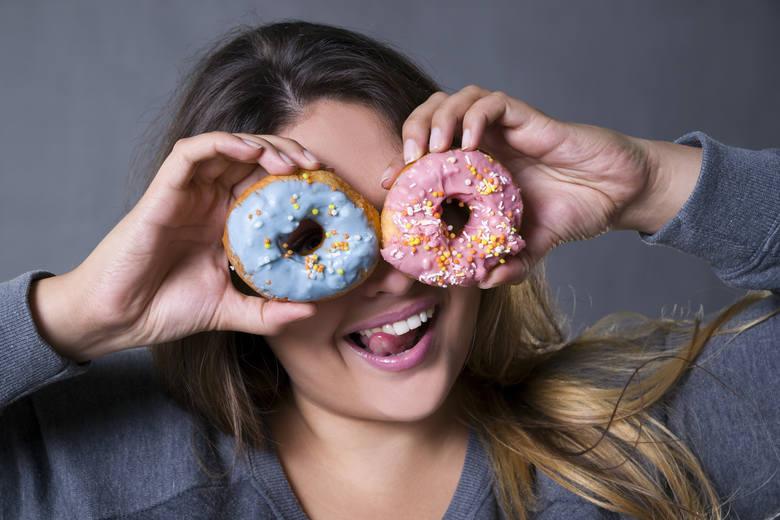 Mechanizm działania cukru w naszym organizmie można porównać do mechanizmu działania narkotyków czy alkoholu. Niestety w przypadku cukru dodatkowym problemem
