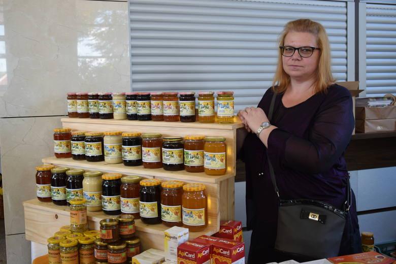 W Urzędzie Marszałkowskim w Rzeszowie podkarpaccy pszczelarze podsumowali pszczelarskie żniwa i podzielili się swoimi wyrobami ze smakoszami miodów. To już 14. edycja Podkarpackiego Święta Miodu.<br />