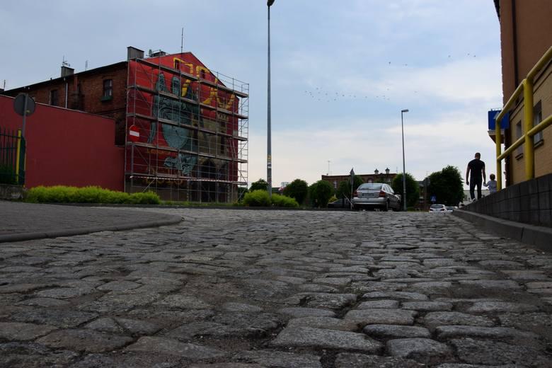 Na ścianie kamienicy przy ulicy Podgórnej w Gniewkowie powstaje mural. Malowidło nawiązuje do 750. urodzin miasta. Autorem muralu jest inowrocławski