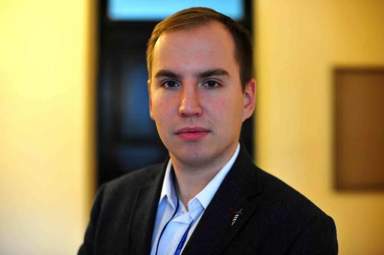 Wiceminister cyfryzacji i były prezes Młodzieży Wszechpolskiej Adam Andruszkiewicz konsekwentnie kroczy ścieżką awansu. Dowodzą tego kolejne oświadczenia