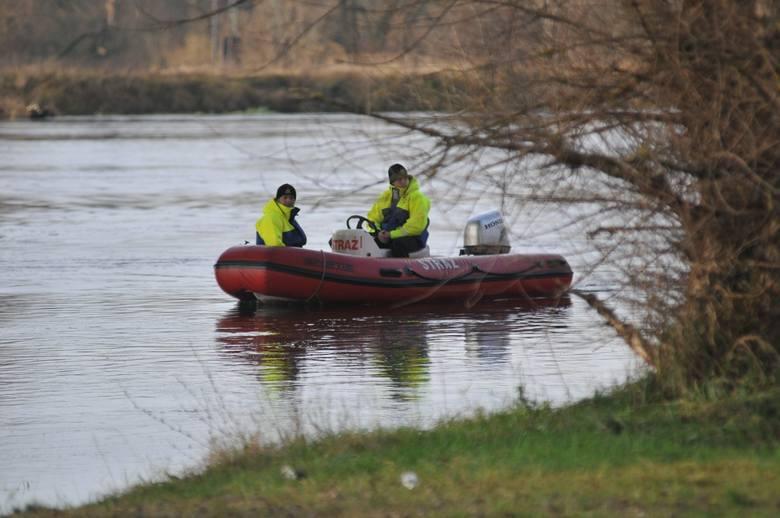 W wyniku wywrócenia się łodzi, mężczyźni wpadli do wody jeziora Bukowieckiego.