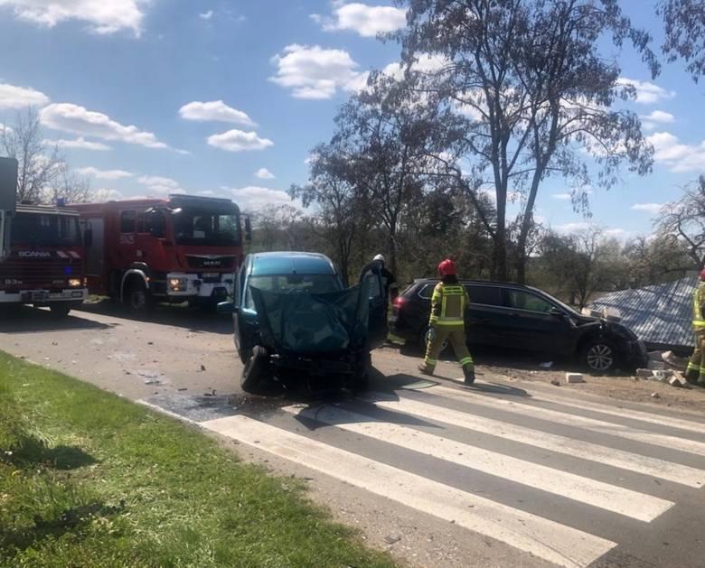 Na skrzyżowaniu w Lipce Wielkiej doszło do wypadku dwóch samochodów osobowych. Po zderzeniu jeden samochód odbił się i uderzył w murowaną wiatę przystanku