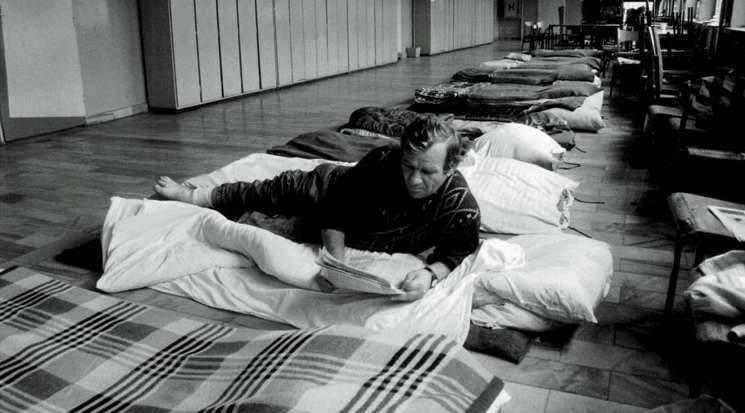 Opole 1997. Sala gimnastyczna szkoły podstawowej na Zaodrzu przerobiona na wielką noclegownię. Osoby, które straciły w powodzi domy i mieszkania mogły się tu schronić.