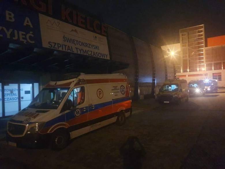 Świętokrzyski Szpital Tymczasowy w Targach Kielce rozpoczął pracę w sobotę rano i przez jedną dobę wypełnił się już w połowie! W niedzielę w południe