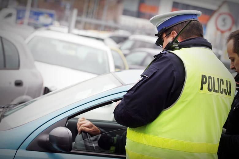 Niezapięte pasy. Kto płaci mandat - kierowca czy pasażer?