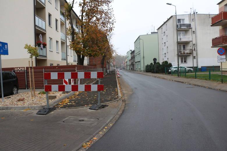 Na kolejnym odcinku już w pierwszej połowie listopada ziemia została wyrównana i przygotowana pod budowę chodnika. Jeśli coś zostało w ziemi, to głęboko i już tam zostanie.<br />